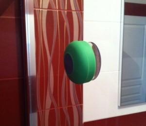 enceinte bluetooth aquafonik sur paroi de douche